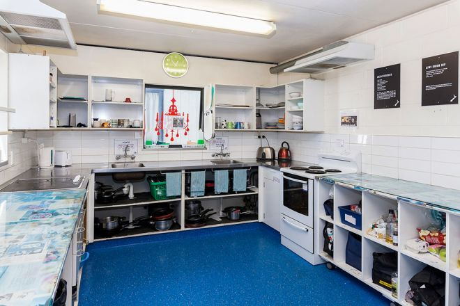 Around-The-World-Backpackers-Christchurch-Hostel-Kitchen-&-Dining-5